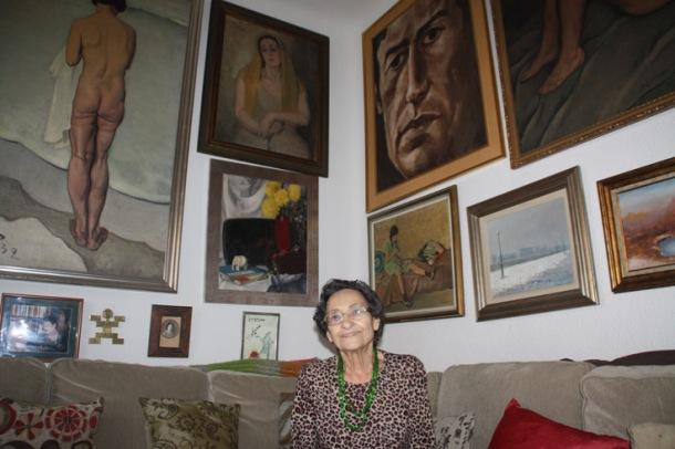 Paca Aguirre junto a los cuadros de su padre